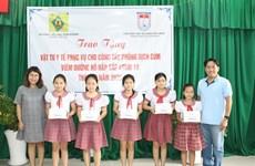 L'Union des organisations d'amitié de HCM-Ville assiste des écoles dans la lutte contre le COVID-19