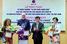 VIH/Sida : le Vietnam honore trois experts médicaux internationaux