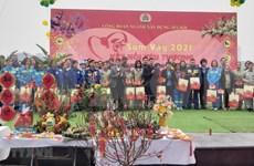 Des cadeaux du Tet aux travailleurs du secteur de construction à Hanoï en difficulté