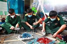 Des soldats fabriquent des lanternes pour les enfants à l'épicentre du COVID-19