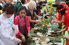 """Des touristes étrangers font l'expérience du Têt vietnamien avec le festival du """" Banh Chung """""""