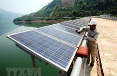 Des habitants d'Ho Chi Minh-Ville s'intéressent à l'énergie solaire