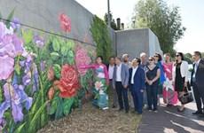 Des fleurs françaises et vietnamiennes sur le mur d'une digue le long de la Seine