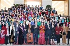 Le PM rencontre des femmes députées à Hanoï