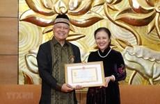 Remise de l'Insigne pour la paix et l'amitié à l'ambassadeur d'Indonésie