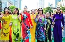 Un concours pour honorer le charme de l'ao dài au Laos