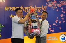 Des cadeaux de Têt à des familles d'origine vietnamienne au Cambodge