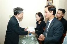 Affaire de Dong Tam : le général To Lam rend visite aux familles des trois policiers sacrifiés