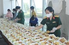 Les femmes militaires chargées des repas dans les zones de confinement