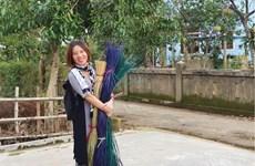 Une employée du tourisme réalise des œuvres d'art à partir de feuilles et d'herbes