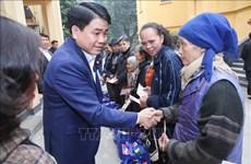 Têt : le maire de Hanoi visite des personnes défavorisées et méritantes