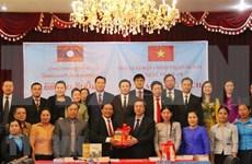 Remise des ouvrages sur la théorie politique du Vietnam au Laos