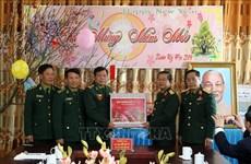 Têt traditionnel: cadeaux pour les soldats et les personnes dans le besoin à Lao Cai