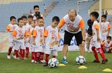 L'entraîneur Park Hang-seo rend visite à des enfants défavorisés à Phu Tho