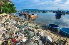 Ouverture d'une exposition de photos sur les déchets plastiques à Hanoï
