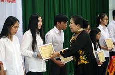 Hô Chi Minh-Ville: 200 bourses d'études remises à des élèves et étudiants en difficulté