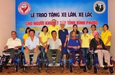 Binh Phuoc: une organisation américaine offre des fauteuils roulants à des handicapés