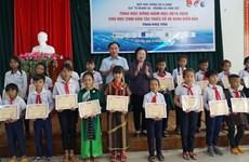 Remise de 110 bourses d'études à des élèves en difficulté à Phu Yen