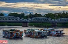 """Du """"ca Hué"""" en bateau-dragon sur la rivière des Parfums"""