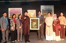 Ouverture une exposition des peintures vietnamiens en Inde