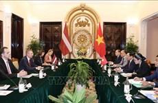 Le vice-PM et ministre des AE Pham Binh Minh s'entretient avec le ministre des AE de Lettonie