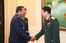 Un commandant de l'Armée de l'air cambodgienne en visite au Vietnam