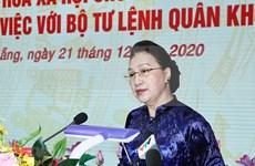 La présidente de l'AN du Vietnam visite le commandement de la 5e zone militaire
