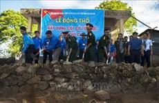 Mise en chantier d'un mât du drapeau national sur l'île de Tho Chu