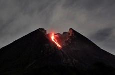Indonésie : le volcan du mont Merapi entre en éruption