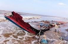 Sauver trois pêcheurs indonésiens en détresse dans les eaux de Soc Trang