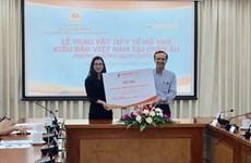 Dons d'équipements médicaux aux Vietnamiens à l'étranger en Europe pour lutter contre le COVID-19