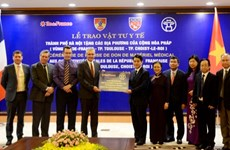 COVID-19: le Vietnam remet des équipements médicaux à des localités françaises