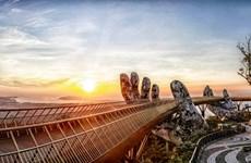 Admirez le magnifique Pont d'or au soleil levant