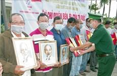Remise des drapeaux nationaux et des portraits de l'Oncle Ho aux pêcheurs des zones côtières