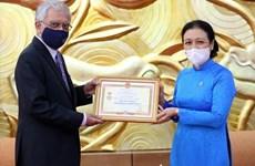 L'insigne « Pour la paix, l'amitié entre les nations » au Coordonnateur résident de l'ONU au Vietnam