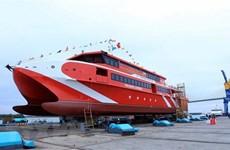 Mise à flot d'un bateau moderne pour faciliter l'accès à Con Dao