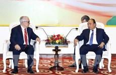 Le PM rencontre des entreprises et investisseurs à Nghe An