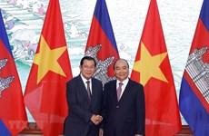 Le Premier ministre Nguyen Xuan Phuc s'entretient avec son homologue cambodgien Hun Sen