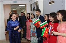 La présidente de l'AN rencontre des Vietnamiens au Tatarstan (Russie)