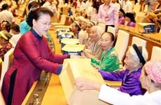 La présidente de l'AN rencontre 300 mères héroïnes du Vietnam