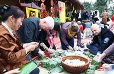 Têt : des ambassadeurs étrangers explorent la culture traditionnelle vietnamienne