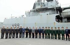 Le navire HMS Entreprise de la Marine royale britannique au port de Tan Vu (Hai Phong)