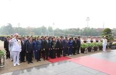 Des députés de l'Assemblée nationale rendent hommage au Président Hô Chi Minh