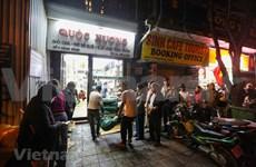 Têt: Des Hanoïens font la queue pour acheter des banh chung dans un magasin réputé