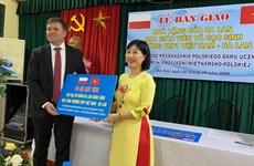 L'ambassade de Pologne remet des ordinateurs à un lycée basé à Hanoï
