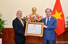 Remise de l'Ordre de l'Amitié à l'ambassadeur d'Indonésie au Vietnam