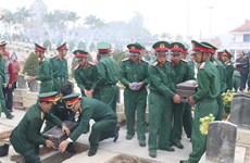 Dien Bien : inhumation des restes de 13 soldats volontaires et d'experts vietnamiens tombés au Laos