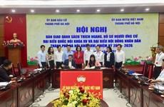 Élections législatives: Remise des dossiers de candidature au Comité du Front de la Patrie de Hanoï