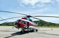 Un hélicoptère transportant le vaccin anti-COVID-19 vers le district insulaire de Con Dao