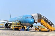 """COVID-19: Un vol de """"passeport vaccinal"""" atterrit à l'aéroport international de Van Don (Quang Ninh)"""